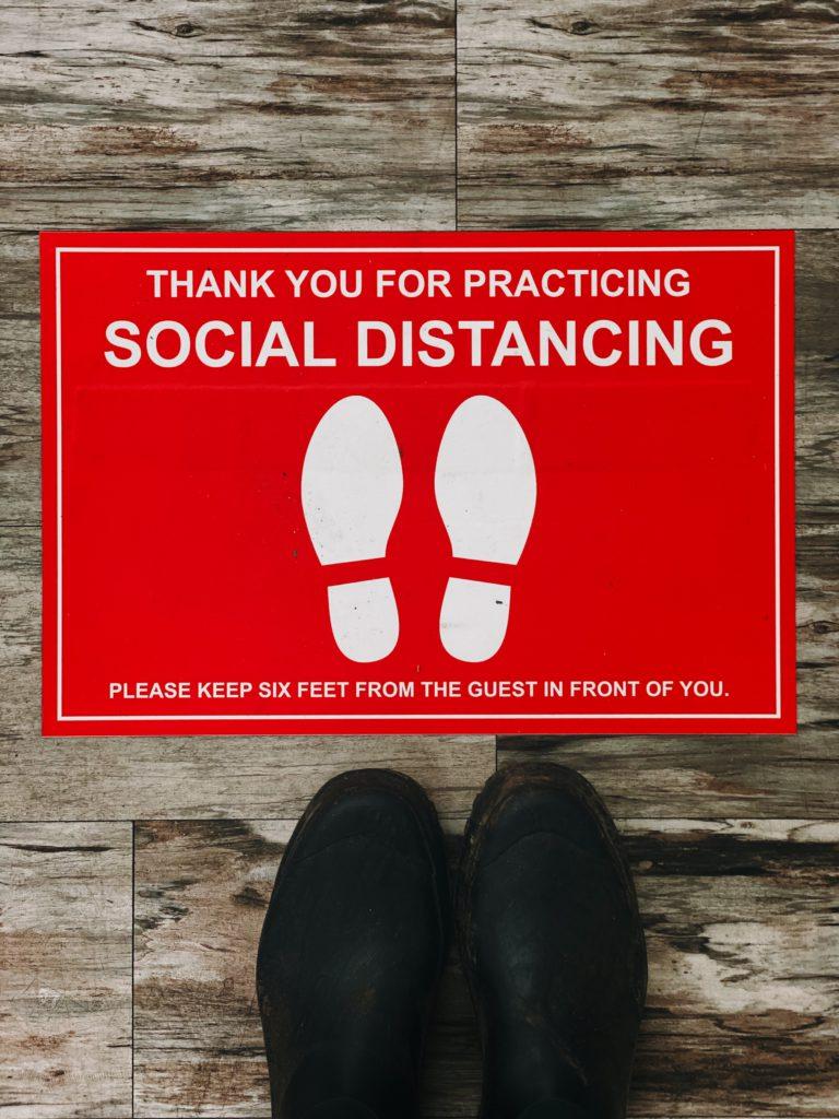 Принуждение к социальному дистанцированию